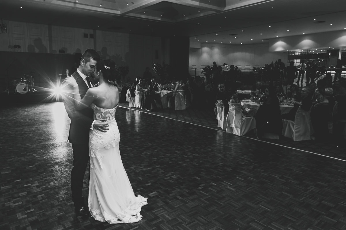 leonda in hawthorn - wedding photographer captures first dance